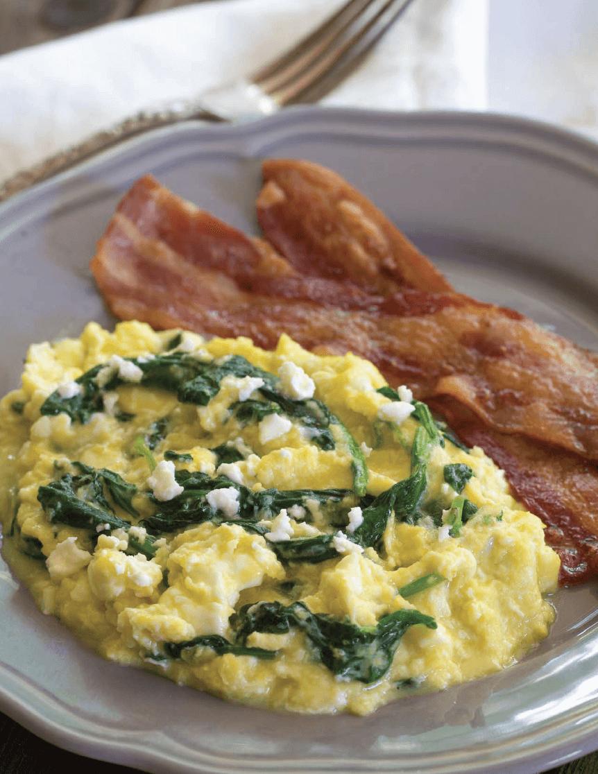 huevos revueltos con espinacas y queso feta